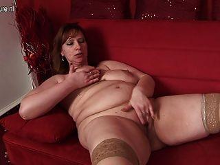 큰 엄마는 그녀의 소파에 젖기를 좋아합니다.