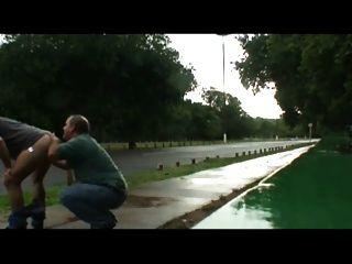 아빠와 남자가 도로 근처의 실외에 빌어 먹을
