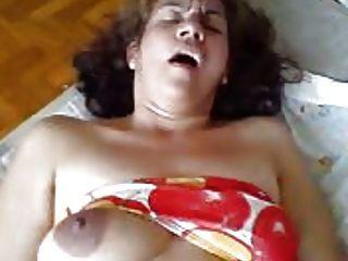 그녀는 침대에 걸레 인 아내이다.