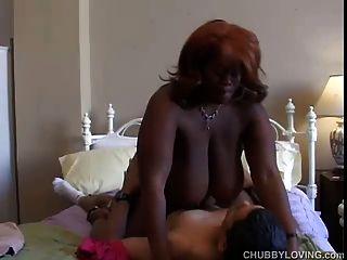 busty 검은 bbw는 섹스를 사랑한다.