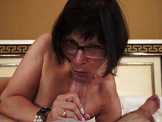 뜨거운 할머니 젊은 자지 사랑한다.