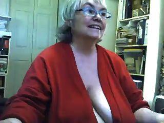 뚱뚱한 지저분한 할머니 스트립과 웹캠에서 자위하다