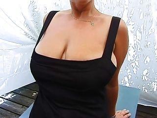 그녀의 거대한 가슴을 보여주는 아마추어 밀원
