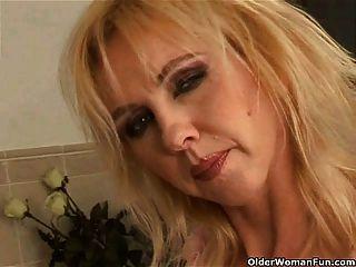 욕실에 큰 가슴 dildoing와 매력적인 여자