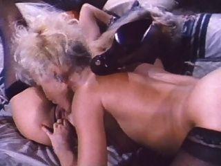 다니엘 마틴과 앰버 린 레즈비언 장면