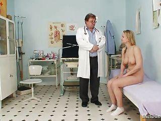 zaneta에는 오래된 의사가 검사 한 그녀의 음부 gyno 검경이있다.