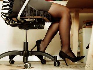 긴 다리와 발 및 하이힐 사무실 소녀