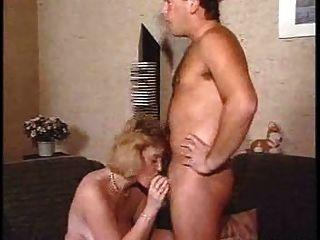 성숙한 젊은 남자가 성관계를 가다.