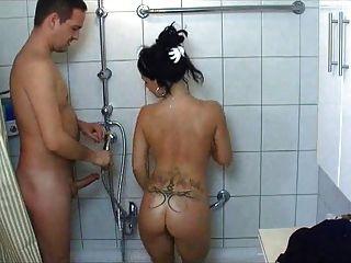 뜨거운 대학 여자 샤워에서 좆되다.