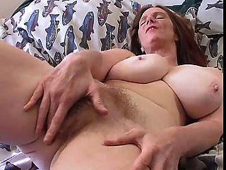 큰 가슴을 가진 털이 많은 유부녀