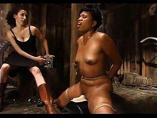 흑인 소녀는 끊임없이 질식사에 묶여있다.