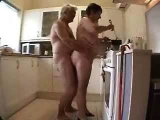 할머니와 할아버지는 부엌에서 재미