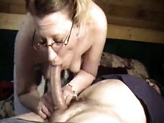 수탉 사랑 아내 환상적인 깊은 목구멍 타격 직업을 제공합니다!