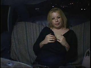 호색한 뚱뚱한 풍만한 파티 소녀 택시에서 자위