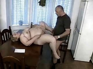 남자는 bbw 할머니에 의해 경련을 당하다.