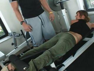 로레타 로렌은 체육관에서 좆된다.