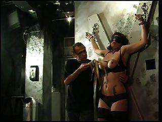 큰 가슴 털을 그녀의 가슴 \u0026 젖꼭지 그녀의 주인에 의해 압착 가져옵니다.