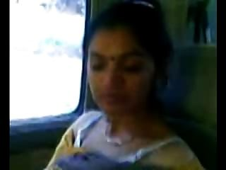 똑똑한 성숙한 인도 아줌마 가슴이 차에 나타납니다.
