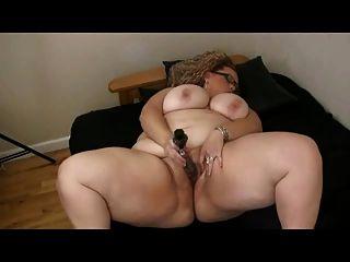 그녀의 젖은 면도의 음부와 함께 노는 큰 가슴을 가진 큰 뚱뚱한 bbw