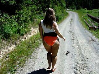 사라가 산책을 나가고 그녀의 엉덩이를 과시합니다.