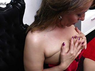 그녀의 엉덩이에 젖은 점점 더러운 주부 엄마