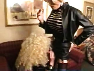 페티쉬 매춘부는 키스와 빨아 흡연