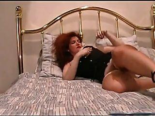 빨간 머리의 아가씨는 그녀의 수분이 많은 음부를 손가락
