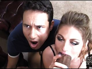 검은 황소가 번식하는 그의 매춘부 아내를보고있는 뻐꾸기