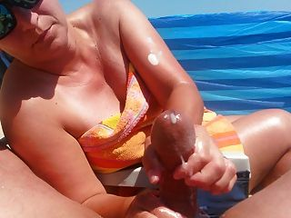 뜨거운 거시기에 의해 큰 사정 해변에 주무르기