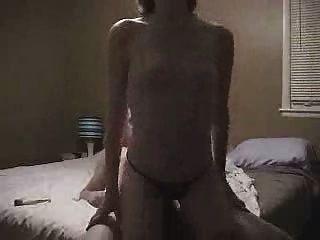 짧은 머리를 가진 소녀 승마 거시기, 작은 가슴에는 2 개의 빠른 오르가즘이 있습니다.