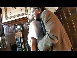 영국의 걸레 카멜 무어가 그녀의 제복을 입은 채로 잡혔다.