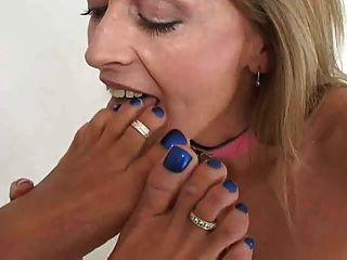 2 명의 숙녀 키스 핥기 및 빠는 발 및 발가락
