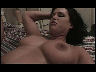 큰 가슴의 애인은 그녀의 엉덩이를 두들겨