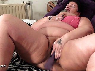 큰 성숙한 어머니는 오르가즘을 얻는 것을 좋아합니다.