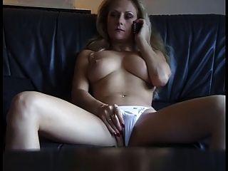 섹시한 성숙한 암캐 gets phonesex에서 흥분