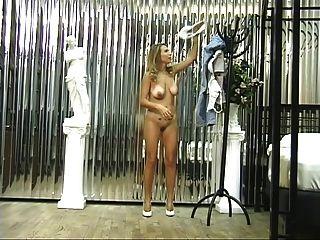 귀여운 황갈색 라인 스트립과 섹시한 금발, 그녀의 음부와 엉덩이를 보여줍니다