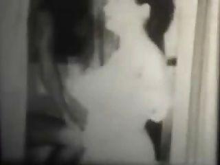 화장실에서 흑백 빈티지 스윙 어