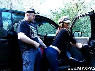 그는 페이스 북에서 그녀를 만났고 그의 차에서 그녀를 잤다.