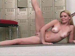 좋은 가슴을 가진 섹시한 금발 아가씨는 그녀의 핑크색 음부를 문지른다.