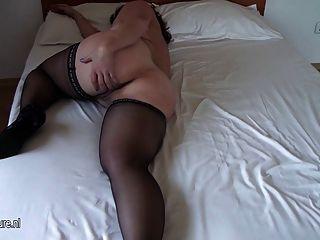 그녀의 침대에 젖은 점점 거 대 한 아마추어 오래 된 엄마