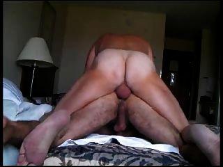 그의 털이 엉덩이에