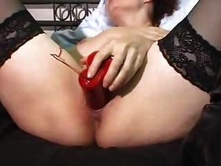 빨간 진동기가있는 오르가슴