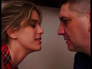 프랑스 여자는 그녀의 남편의 infront 빌어 먹을입니다.
