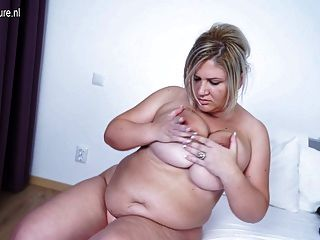 그녀의 비버를 일하는 큰 가슴의 성숙한 엄마