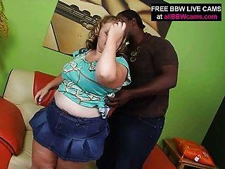 금발의 놀라운 bbw는 흑인의 큰 가슴을 빤다.