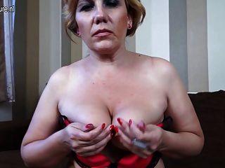 소파에서 자위하는 금발 성숙한 매춘부 엄마
