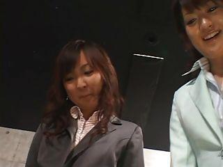 5 명의 일본 여자들은 발바닥을 주다.