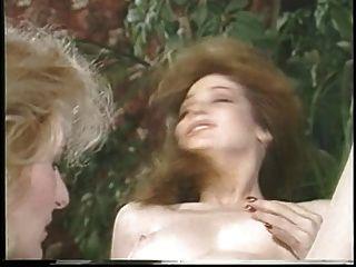 jacqueline larians는 유혹 한 다음 뜨거운 소녀를 martubates하고 그녀의 음부를 핥습니다.