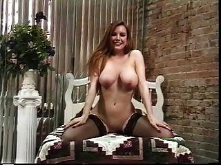 그녀의 멋진 엉덩이를 과시하기 위해 성숙한 창녀 스트립