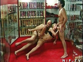 섹스 숍에서 삼인조로 엉뚱한 프랑스 여동생 항문